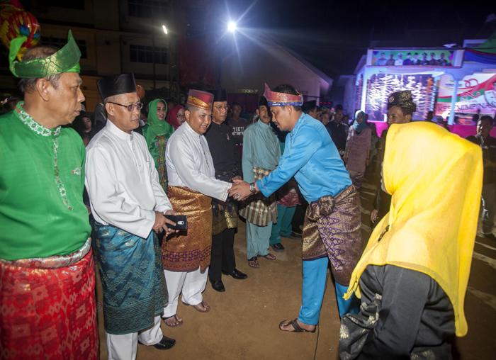 Rombongan saat disambut saat malam puncak dua tahun kepemimpinan Abdul Haris - Wan Zuhendra