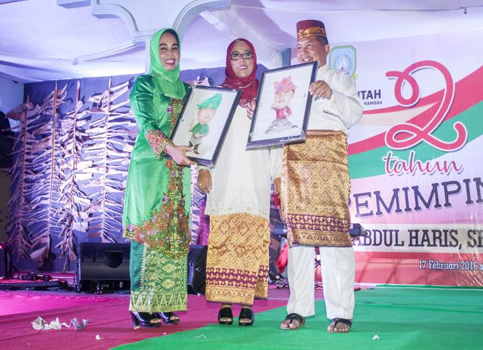 Wakil Bupati Anambas bersama istri saat menerima karikatur saat malam puncak dua tahun kepemimpinan Abdul Haris -Wan Zuhendra
