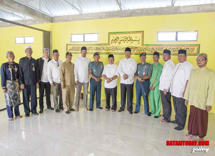 Bupati dan Wakil Bupati foto bersama dengan Danlanudal, Pimpinan OPD, Camat Palmatak serta sejumlah tokoh Masyarakat Desa Piasan