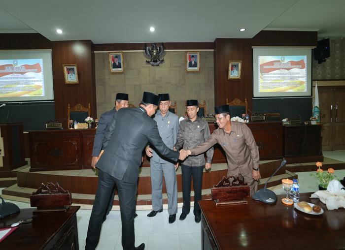 Sekretaris DPRD, Taufik Effendi menyalami Sekda Anambas, Sahtiar