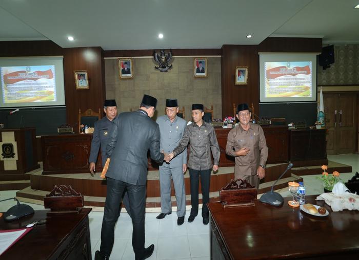 Wakil Ketua I DPRD Anambas, Syamsil Umri menyalami Sekda Anambas, Sahtiar