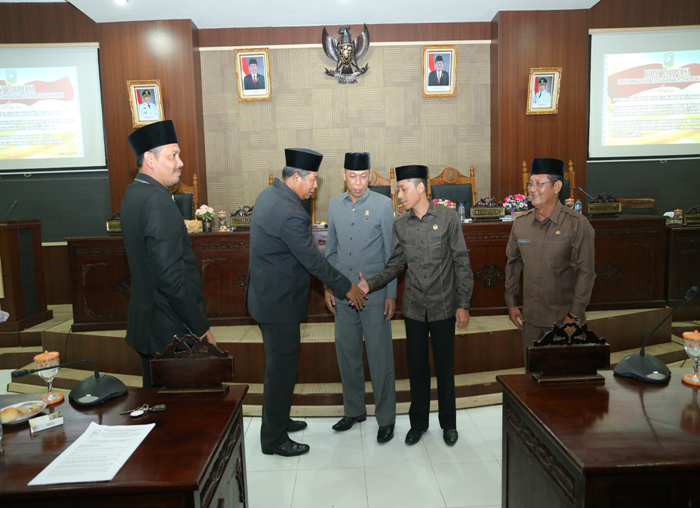 Bupati Anambas, Abdul Haris menyalami Wakil Ketua II DPRD Anambas, Syamsil Umri