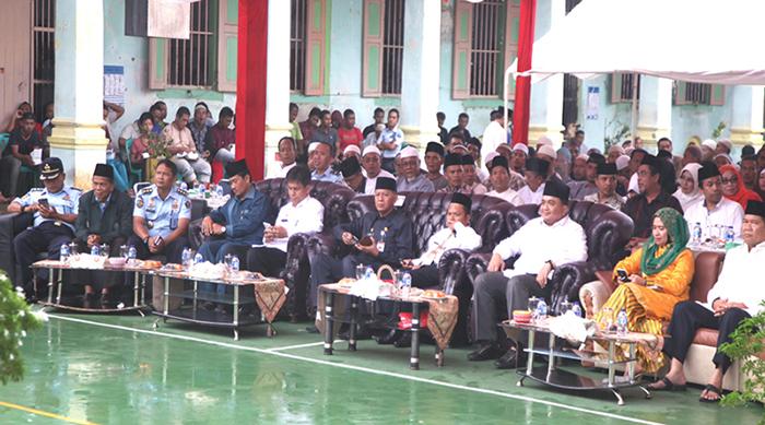 Wakil Wali Kota Tanjungpinang Syahrul, Wakil Ketua I DPRD Tanjungpinang Ade Angga, Kepala Rutan Kelas IA Tanjungpinang Ronny Widyatmoko bersama tamu undangan mendengarkan ceramah agama.