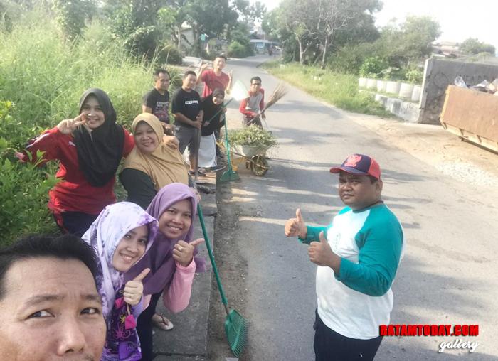 Duta Lingkungan DLH memberikan cindera mata lingkungan bersih kepada Walikota Batam, Wakil Walikota Batam dan DPRD Kota Batam