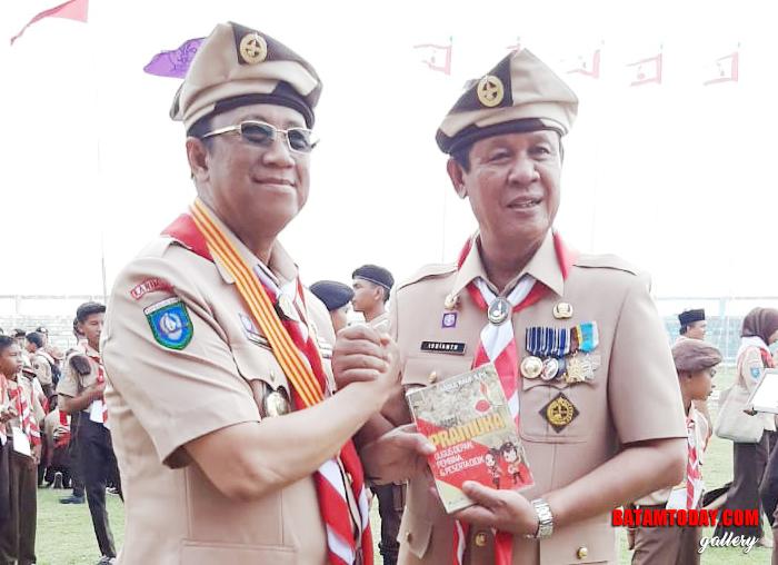 PLT Gubenur Kepri, Isdianto saat bersalaman komando dengan Ka Kwarcab Pramuka Karimun Anwar hasyim