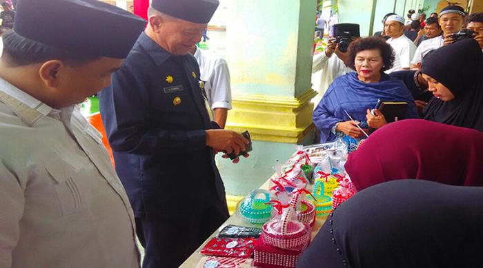 Wakil Ketua I DPRD Tanjungpinang, Ade Angga bersama Wakil Wali Kota Tanjungpinang, Syahrul melihat dan membeli hasil kerajinan tangan warga binaan Rutan Kelas IA Tanjungpinang.