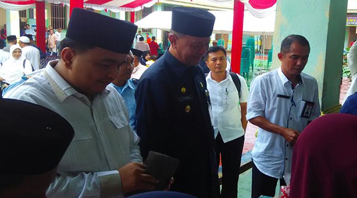 Wakil Ketua I DPRD Tanjungpinang, Ade Angga tak segan mengeluarkan dompet untuk membeli sebanyak mungkin hasil kerajinan tangan warga binaan Rutan Kelas IA Tanjungpinang.