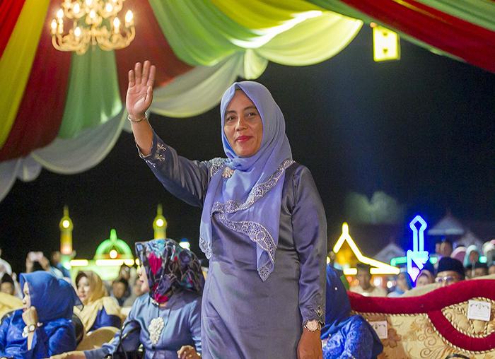 Ketua GOW Anambas, Idarwati menyapa  khafilah Anambas