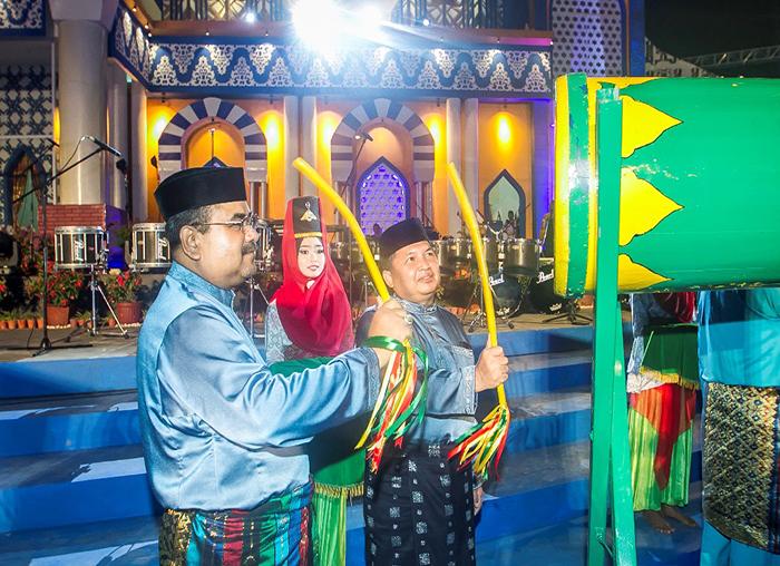 Wakil Bupati Anambas, Wan Zuhendra memukul bedug bersama Bupati Karimun, Aunur Rafiq