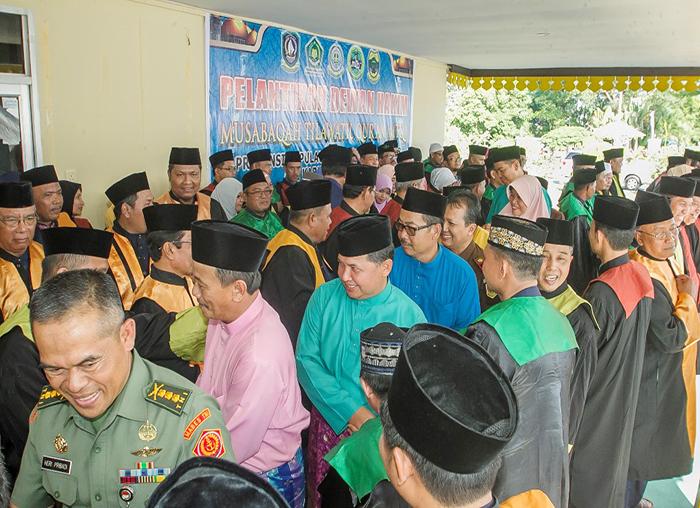 Wakil Bupati Anambas memberikan selamat usai pelantikan dewan hakim MTQ ke-VII Provensi Kepri