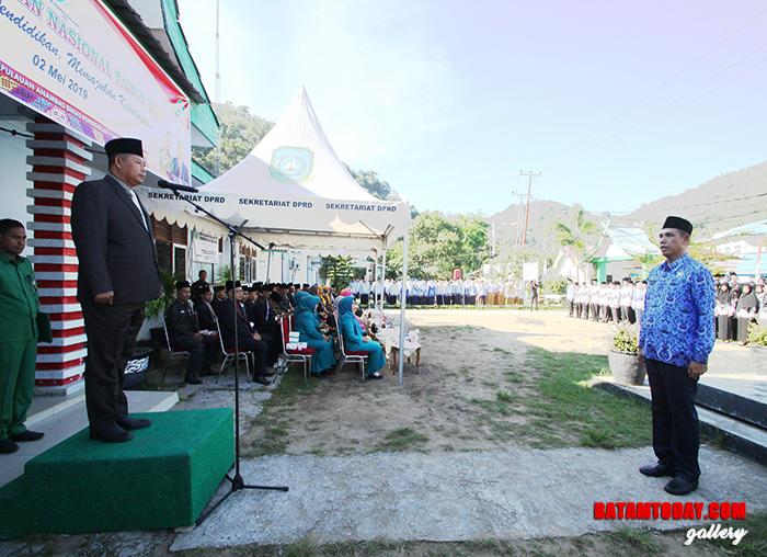 Bupati Kabupaten Kepulauan Anambas, Abdul Haris saat menjadi pembina upacara pada Hari Pendidikan Nasional