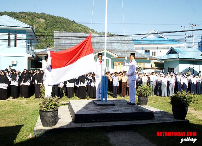 Pengibaran bendera merah putih saat upacara Hardiknas di halaman kantor Bupati lama di Jalan Imam Bonjol, Kelurahan Tarempa Kecamatan Siantan