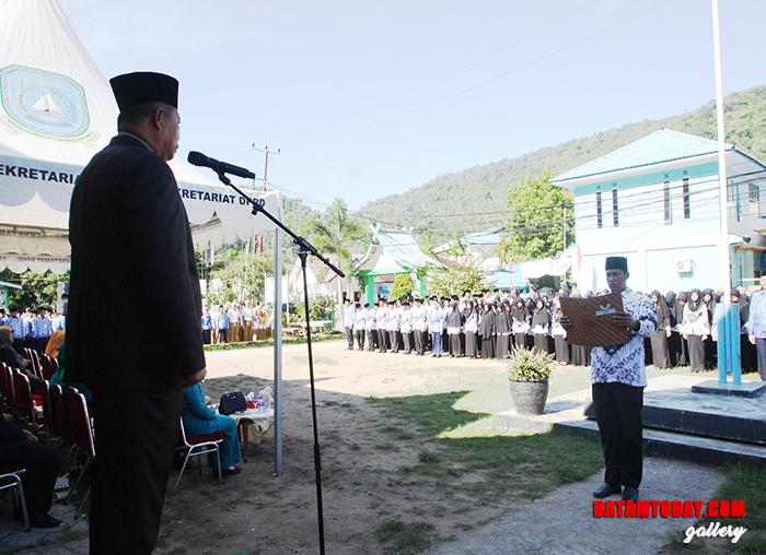 Pembacaan Undang Undang Dasar 1945 saat upacara Hari Pendidikan Nasional di Anambas