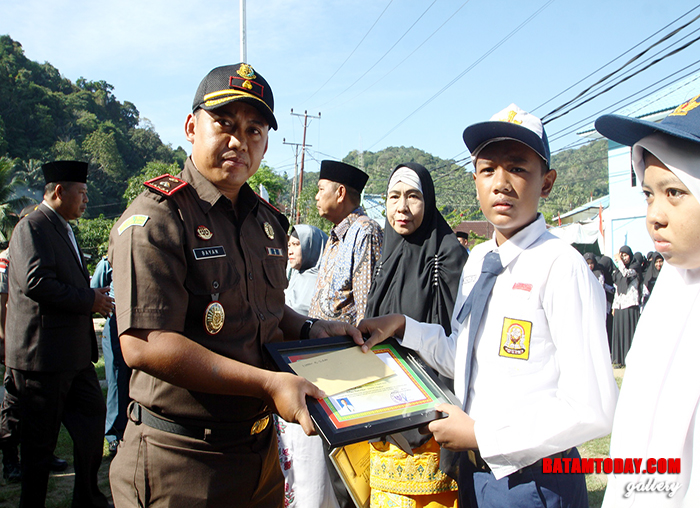 Perwakilan dari Kejaksaan Negeri Natuna di Tarempa saat memberikan penghargaan pada peringatan Hari Pendidikan Nasional
