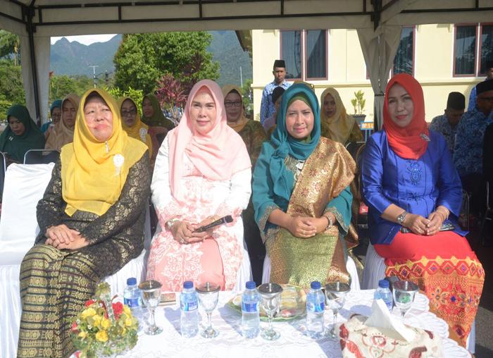 Para Kartini dari Pemkab Lingga yakni istri Bupati Lingga (Kanan paling ujung) dan istri Wabup Lingga (Kanan kedua)