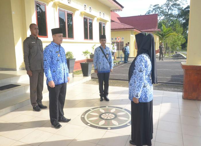 Wakil Bupati Lingga, M Nizar saat ingin memasuki lapangan upacara