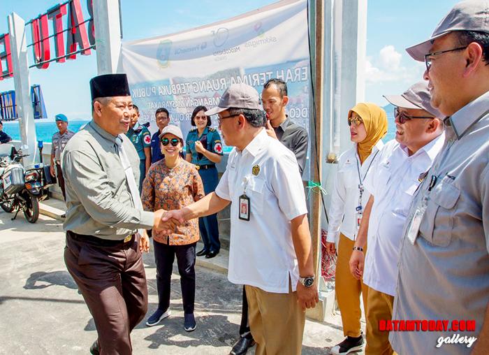 Bupati Anambas berjabat tangan dengan perwakilan SKK Migas dan KKKS