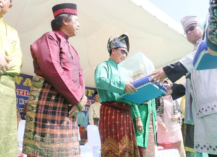 Kadis Perkim Bintan, Heri Wahyu saat menyerahkan bingkisan kepada panitia pihak Provinsi Kepri