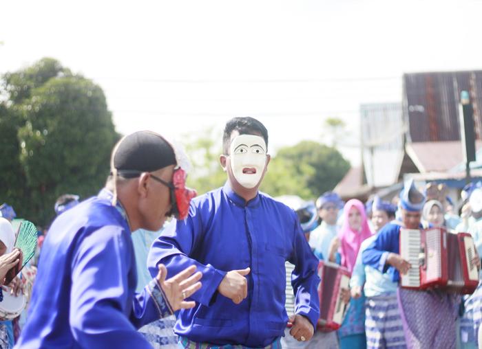 Bupati Bintan, Apri Sujadi kompak Bersama Sekda Bintan, Adi Prihantara saat membawakan joget mak yong di pembukaan MTQ Provinsi Kepri