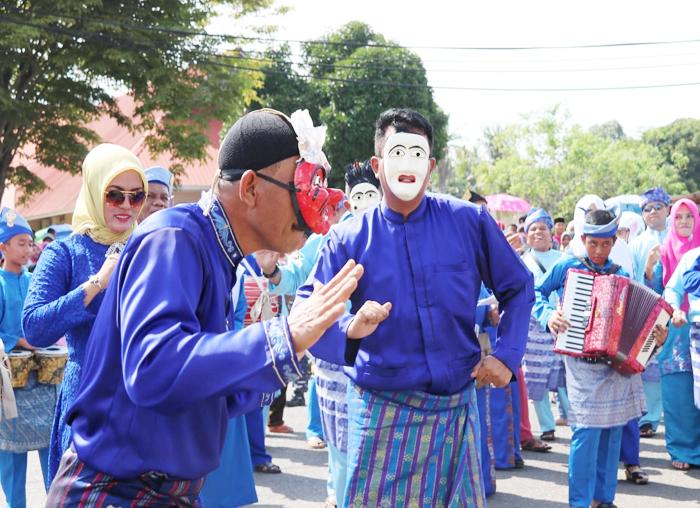 Bupati Bintan menggunakan topeng mak yong saat membawakan joget asli daerah Desa Matang Kabupaten Bintan