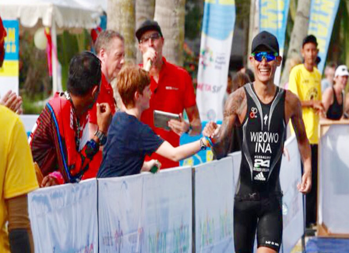 Andi Wibowo atlit asal Indonesia yang menjadi tercepat dalam event Bintan Triathlon 2018 saat memasuki garis finish