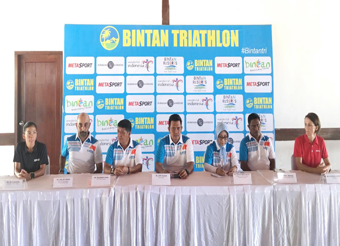 Bupati Bintan Apri Sujadi saat konferensi pers bersama panitia event Bintan Triathlon 2018