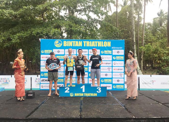 Andi Wibowo atlit Indonesia diapit dua pembalap tercepat lainnya dalam event Bintan Triathlon 2018
