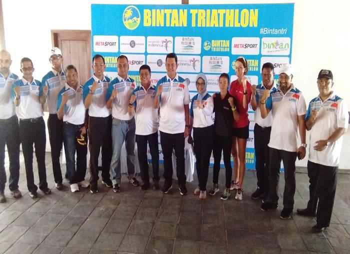 Foto bersama Bupati Bintan Apri Sujadi, Kapolres Bintan, Kadispar Bintan, Panitia dan instansi terkait lainnya