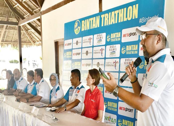 Kadispar Bintan, Luki Zaiman Prawira, menjadi moderator konferensi pers event Bintan Triathlon 2018