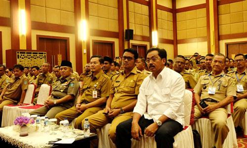 Gubernur Kepri dan Bupati Bintan saat menghadiri Rakernis Kepala Desa se-Kepri.