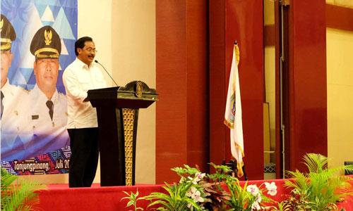Gubernur Kepri Nurdin Basirun memberikan sambutan dalam Rakernis Kepala Desa se-Kepri.