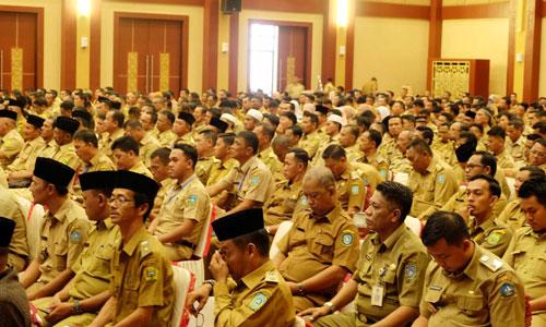 Ratusan Kepala dan Sekretaris Desa antusias mengikuti Rakernis di aula Kantor Gubernur Kepri.