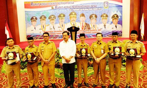 Gubernur Nurdin Basirun, Kepala DPMD Dukcapil Kepri Sardison dan Bupati Bintan Apri Sujadi foto bersama kepala desa terbaik se-Kepri.