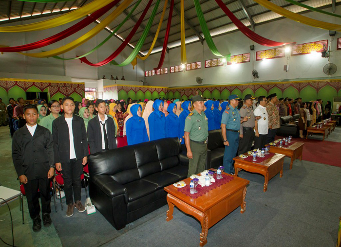 Peserta dan undangan menyanyikan  lagu kebangsaan Indonesia