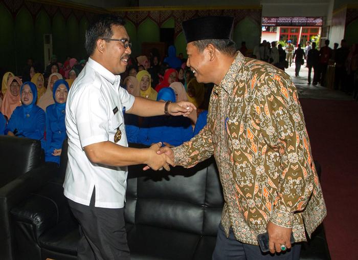 Bupati Anambas, Abdul Haris dan Kepala BNN Provinsi Kepri, Brigjen Pol Richart Nainggolan berjabatan tangan saat penyuluhan anti narkoba di BPMS