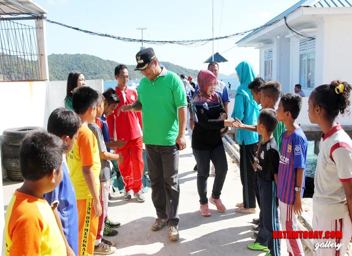 Anak-anak Desa Mengkait saat menyambut Bupati Abdul Haris