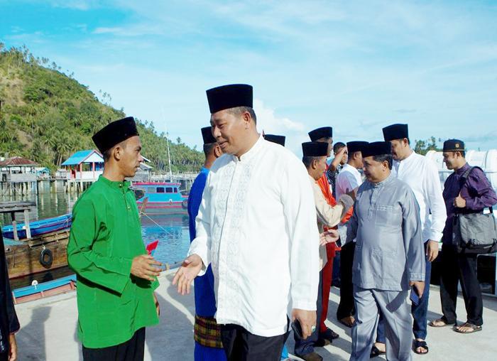Rombongan Bupati, Wakil Bupati dan Sekda Anambas disambut warga di Pelabuhan pada pelaksaan Safari Ramadhan di Desa Impul, Kecamatan Jemaja