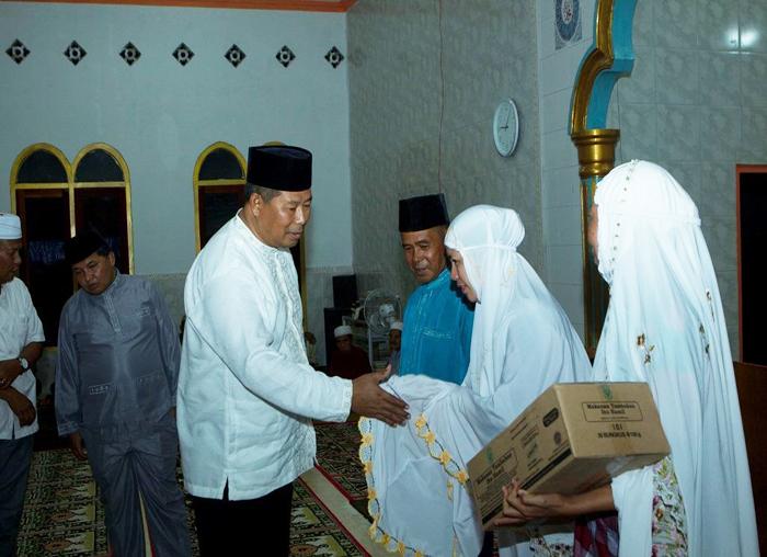 Bupati  dan Wakil Bupati menyerahkan bantuan alat kesehatan kepada warga Desa Impul