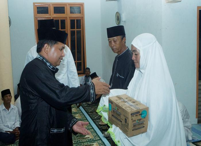 Bupati dan Wakil Bupati menyerahkan bantuan alat kesehatan kepada warga di Genting Pulur
