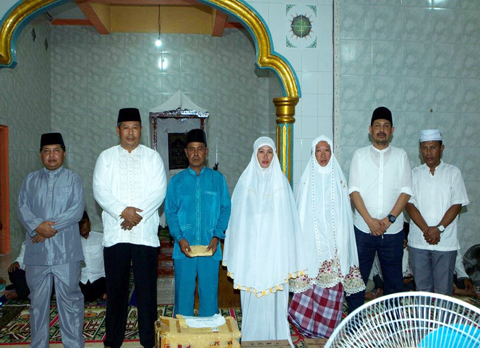 Bupati, Wakil Bupati dan Sekda foto bersama dengan warga yang menerima bantuan dari  Pemkab Anambas