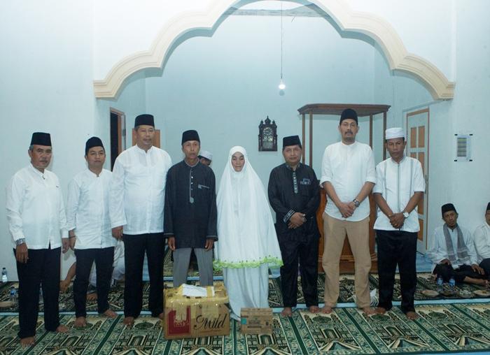 Bupati, Wakil Bupati, Sekda, Anggota DPRD foto bersama dengan warga penerima bantuan dari  Pemkab Anambas