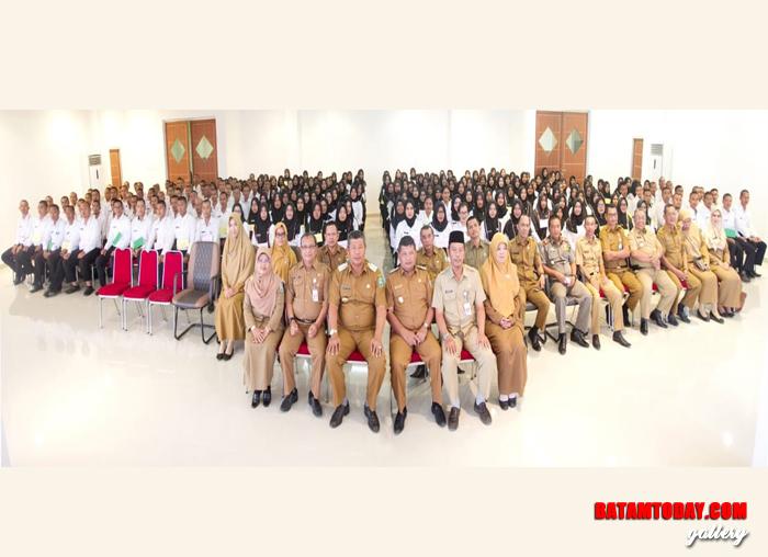 Bupati dan Wakil Bupati foto bersama dengan CPNS lulusan 2018