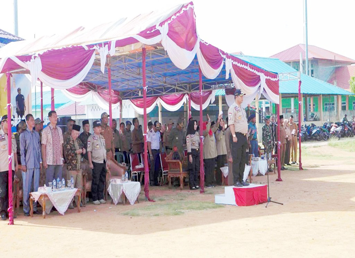 Bupati Kabupaten Kepulauan Anambas, Abdul Haris memimpin upacara sebelum pembentukan Tagana di Palmatak