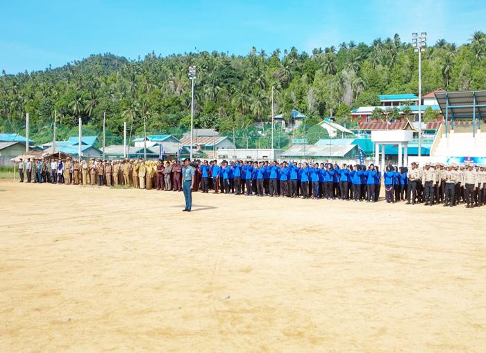 Peserta mengikuti upacara dengan hikmat