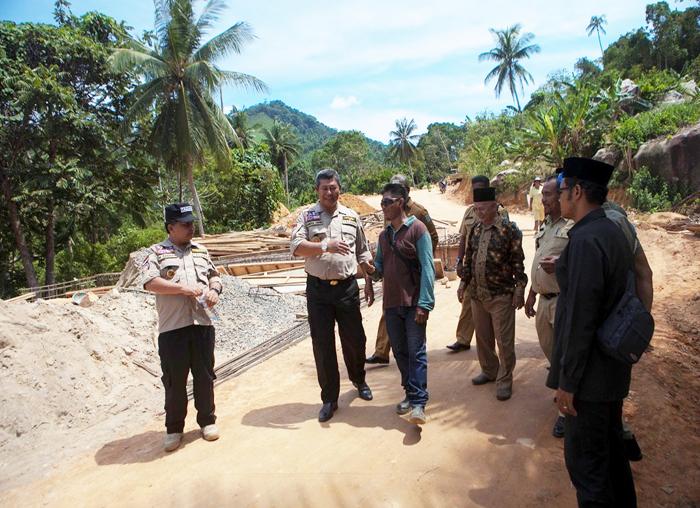 Bupati Anambas berbincang dengan kontraktor pelaksana pembangunan jalan di Palmatak