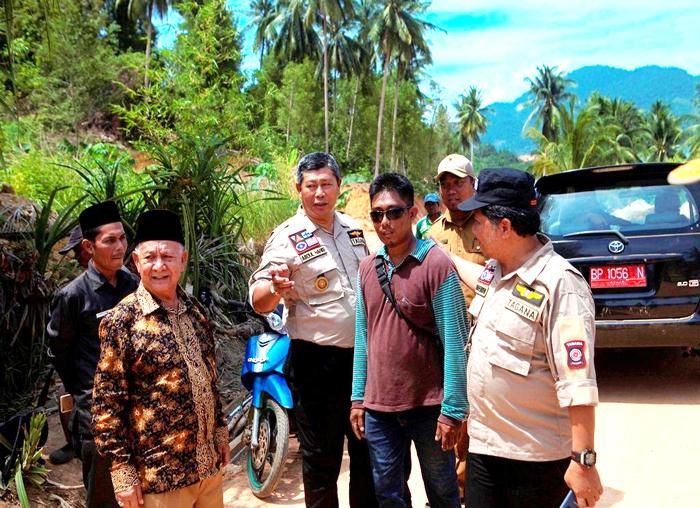 Bupati Anambas dan Wakil Bupati Anambas meninjau pembangunan jalan usai melantik Tagana Palmatak
