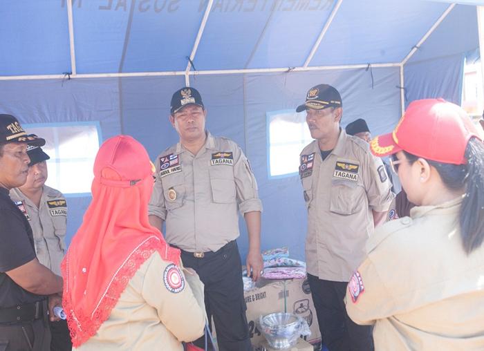 Bupati Anambas, Abdul Haris dan Wakil Bupati Anambas, Wan Zuhendra bersama Kepala Dinas Sosial, BPMD meninjau tenda Tagana