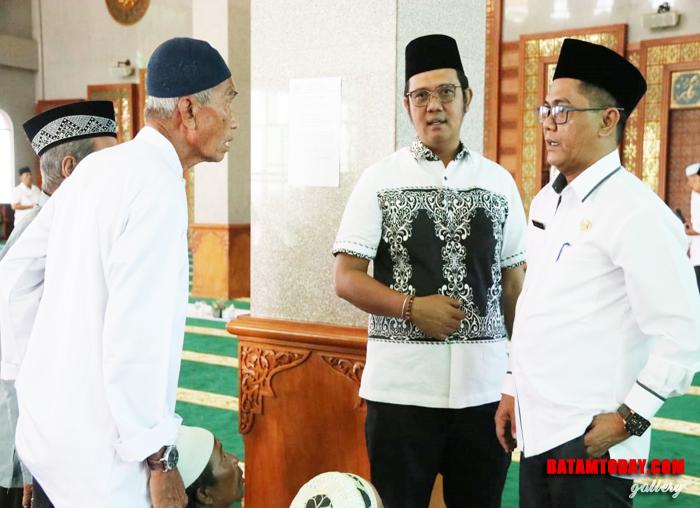 Bupati Bintan menyapa masyarakat di Masjid Raya Nurul Iman Bintan Timur