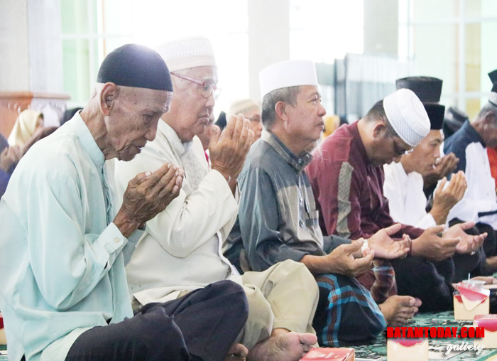 Bupati Bintan Apri Sujadi saat menyerahkan insentif RT/ RW  Masjid Raya Nurul Iman di Bintan Timur