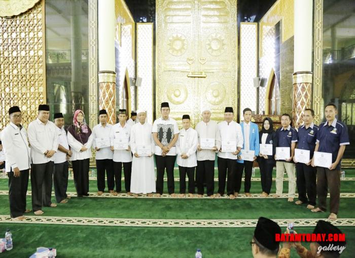 Bupati Bintan Apri Sujadi saat foto bersama usai memberikan insentif RT/ RW dan guru ngaji di Masjid Raya Nurul Iman di Bintan Timur
